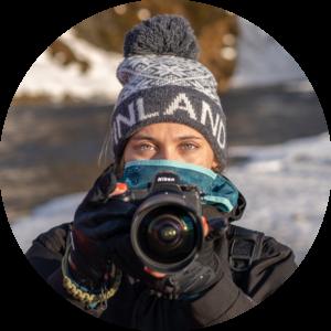 Femme photographe avec un appareil photo Nikon, auteure du blog La Photo clic par clic, pour apprendre la photographie et la retouche photo